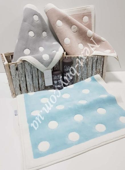 Натуральный коврик для пола в горошек кремовий с голубым Maison D'or